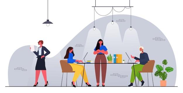 ビジネスマングループチームワークコンセプトモダンなオフィスインテリアと協力して実業家のリーダー