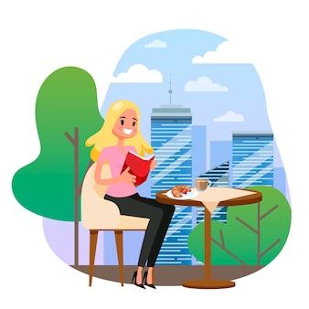 Деловая женщина сидит за столом в кафе и читает