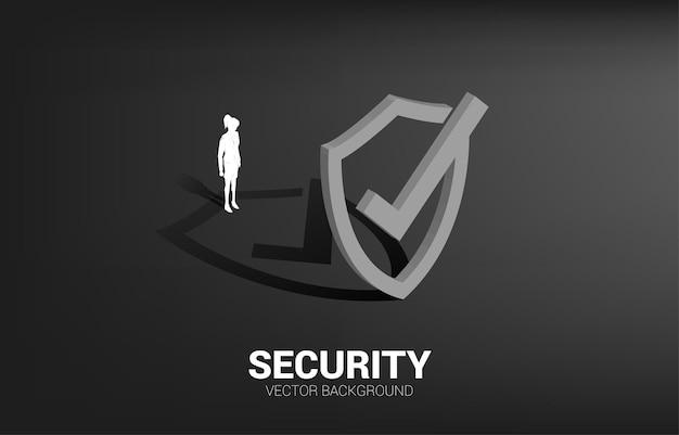 3d 보호 방패 아이콘으로 서 있는 사업가. 가드 보안 및 안전의 개념