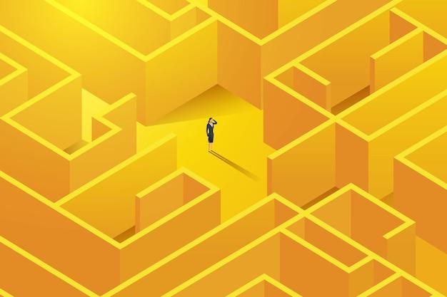 Деловая женщина стоит внутри большого сложного лабиринта с проблемами