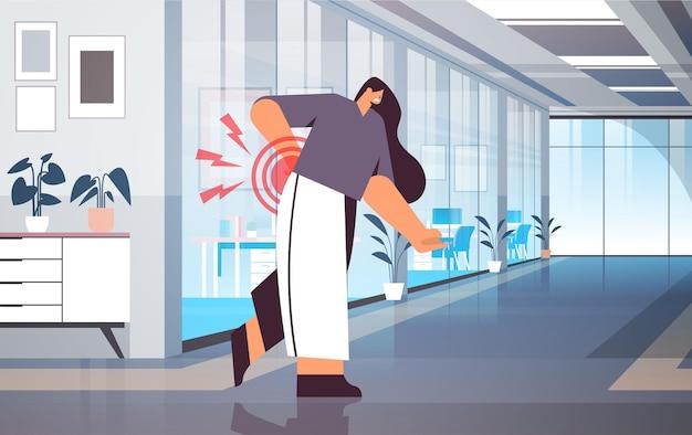 Бизнесвумен, страдающая от боли в спине, воспаление мышц, концепция, болезненная воспаленная область, выделенная красным цветом, офисный интерьер, горизонтальная полная длина, векторная иллюстрация