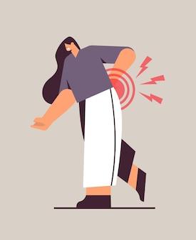 Бизнесвумен, страдающая от боли в спине, воспаление мышц, концепция, болезненная воспаленная область, выделенная красным цветом, вертикальная полная длина, векторная иллюстрация