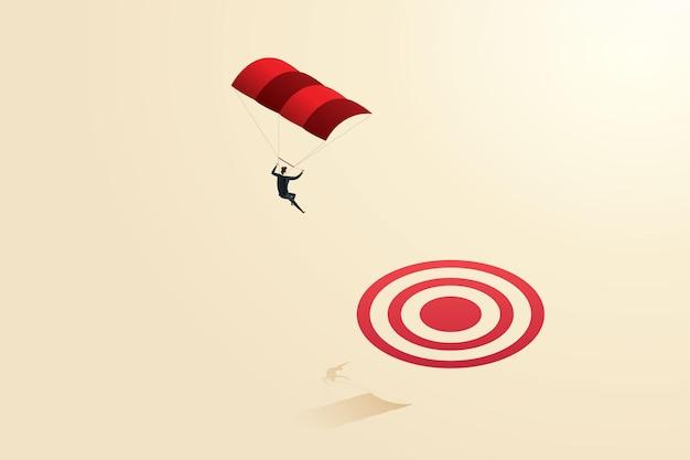Деловая женщина с парашютом совершает прыжок на цель