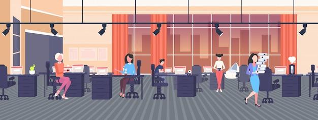 創造的なコワーキングオープンスペースセンター作業プロセスコンセプトモダンなワークスペースオフィスインテリア水平全長で職場のビジネスウーマン