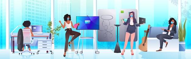 작업 및 coworking 센터 코로나 바이러스 전염병 팀워크 개념 현대 사무실 인테리어 가로 전체 길이에서 함께 이야기하는 마스크 경제인