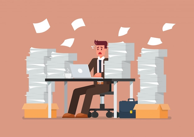 ノートパソコンとオフィスで書類の山とテーブルに座って忙しい過労男
