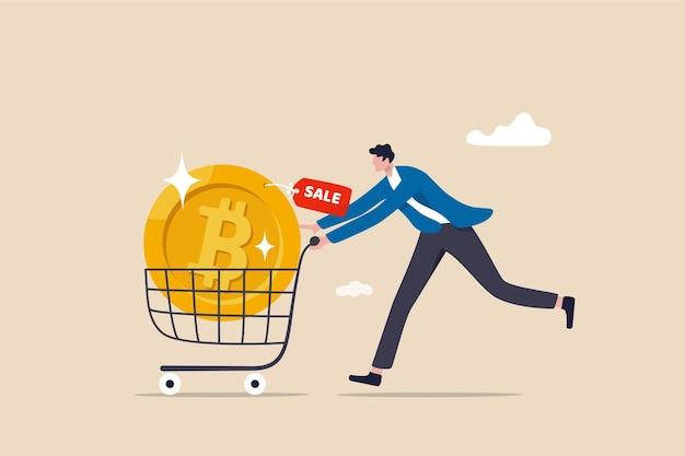 암호화폐 가격이 폭락할 때 비트코인을 구매하여 수익 개념을 만들고, 똑똑한 남자가 쇼핑 카트 트롤리에서 암호화폐 비트코인을 구매하거나 구매하여 미래의 수익을 추측합니다.