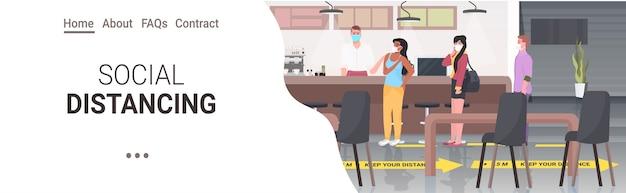 코로나 바이러스 전염병 예방을 위해 거리를 유지하는 카페 방문자 식당 내부 가로 복사 공간