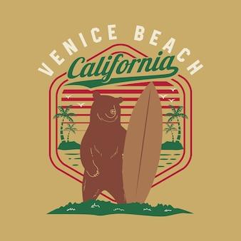 그리즐리 베어 서핑이있는 캘리포니아 베니스 비치