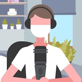 ヘッドセットとマイクを身に着けているコールセンターオペレーター男フェイスマスク空気汚染顧客サービスサポートコンセプトモダンなオフィスインテリアポートレートを着て