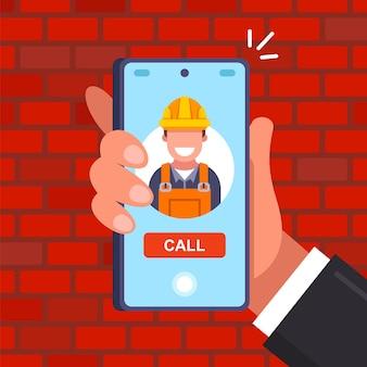 전화로 헬멧을 쓴 건축업자에게 전화하십시오. 수리공을 집으로 부르십시오. 평면 벡터 일러스트 레이 션.
