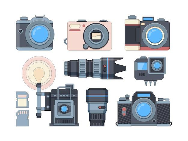 カメラとメモリーカードフラットセット。プロの写真アクセサリー。現代のカメラマン機器。白で隔離される異なるフォトカメラレンズとフラッシュドライブ