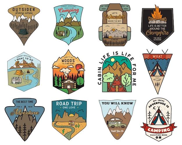 Набор логотипов значки приключений кемпинга, старинные эмблемы путешествия. набор рисованной наклейки. походная экспедиция, этикетки для автопутешествий. знаки отличия кемперов на открытом воздухе. коллекция логотипов. фондовый вектор.