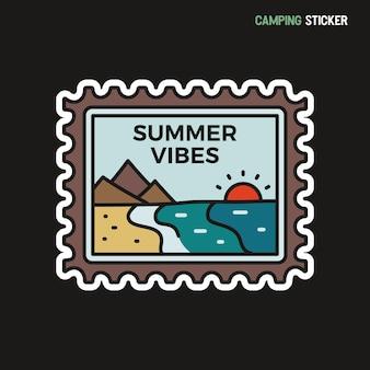 캠핑 모험 스티커 디자인. 손으로 그린 패치 여행. 여름 분위기 레이블입니다. 벡터