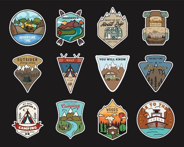 Набор наклеек для кемпинга. путешествия рисованной эмблемы. коллекция горных наружных этикеток. набор значков для походов.