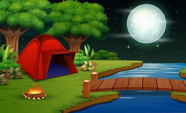 美しい自然の景色を望む夜間のキャンプ