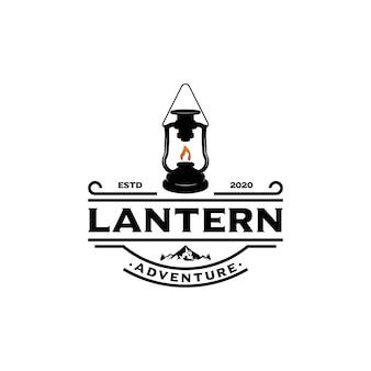 ランタンとキャンプのロゴヴィンテージエンブレムの森。レトロなスタイルのキャンピングカーが探検します。アウトドアアドベンチャーバッジのデザイン。旅行や流行に敏感な山の屋外。荒野のテーマ。株式ベクトル