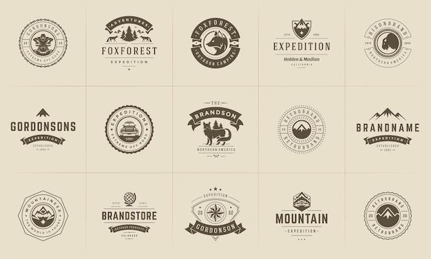 キャンプのロゴとバッジのテンプレートは、デザイン要素とシルエットのセットをベクトルします。アウトドアアドベンチャーの山々と森のキャンプのビンテージスタイルのエンブレムとロゴのレトロなイラスト。