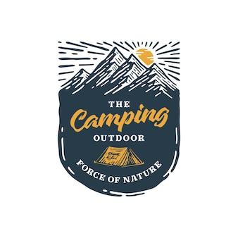 Кемпинг на открытом воздухе с винтажным логотипом на горе значка.