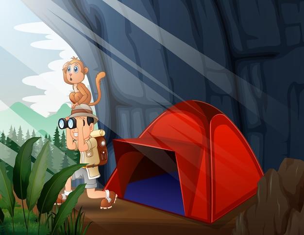 Кемпинговая палатка с мальчиком-исследователем