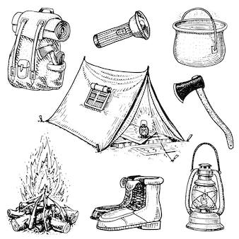 キャンプ旅行、アウトドアアドベンチャー、ハイキング。観光機器のセットです。古いスケッチ、ラベルのビンテージスタイルで描かれた刻まれた手。バックパックとランタン、テントと鍋、斧とブーツ、ランタンと火。