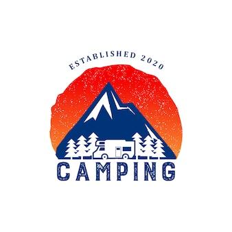 グラデーションカラーのロゴのテンプレートを持つキャンプヴィンテージ