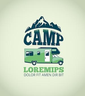 야영 광 야 모험 벡터 배경입니다. 트레일러 f가있는 캠프 및 일러스트레이션 엠블럼 로고
