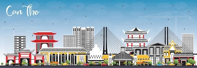 Кан тхо вьетнамский городской горизонт с серыми зданиями и голубым небом. город кантхо с достопримечательностями.