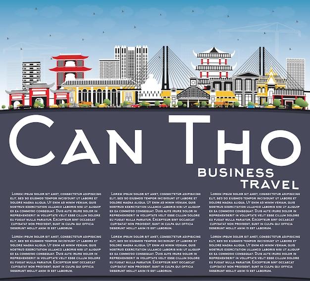 Кан тхо вьетнам на фоне линии горизонта с серыми зданиями, голубым небом и копией пространства. город кантхо с достопримечательностями.