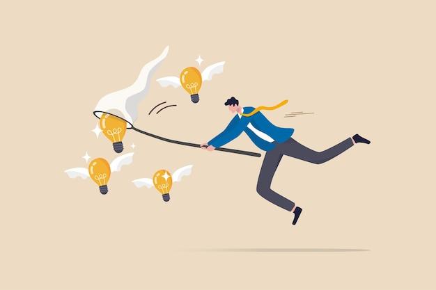 新しいビジネスアイデアをキャプチャし、イノベーションや創造性を検索し、新しい発見プロジェクトのコンセプトをブレインストーミングまたは発明し、スマートなビジネスマンがバタフライネットで飛んでいる電球のアイデアを追いかけます。