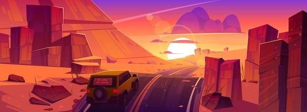 붉은 오렌지 하늘과 태양 아래로 일몰 사막이나 협곡 아름다운 풍경에서 도로를 운전하는 자동차