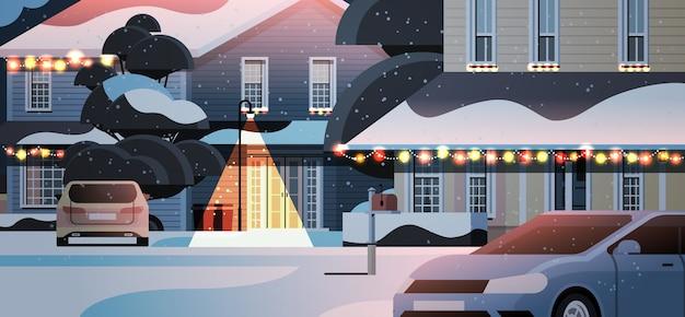 新年とクリスマスのお祝いのための装飾が施された冬の家の建物の雪に覆われた家の庭の車水平ベクトル図