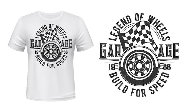 車のホイールとレーシングチェッカーフラッグのtシャツプリント。スポーツカーのスパイアタイヤとスタート、フィニッシュフラグのイラストとタイポグラフィ。レーシングカーガレージステーションアパレルカスタムプリント