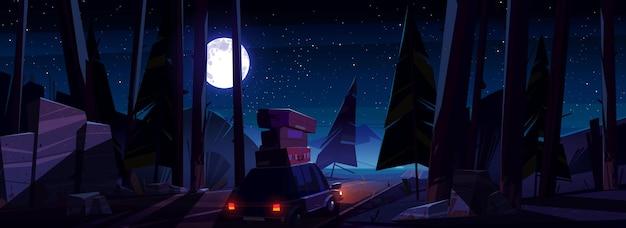 夜の道路の屋根に荷物を持って車