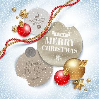 Картонные этикетки с рождественским поздравлением и праздничным декором на снегу