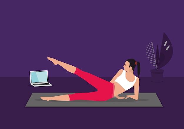 Домашняя тренировка по фитнесу в прямом эфире. женщина делая тренировки cardio аэробные смотря видео на компьтер-книжке в живущей комнате дома.