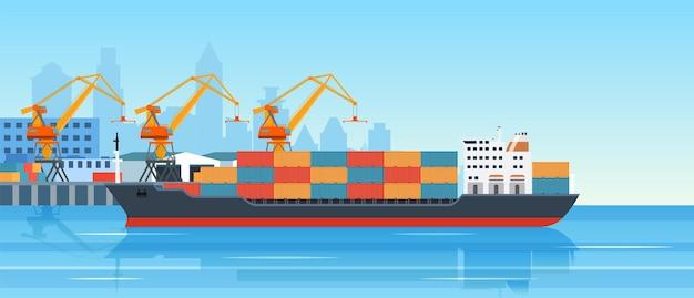 Погрузка грузового корабля в городском порту.