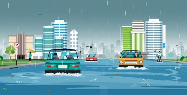 자동차는 도시의 침수 된 거리를 달리고 있습니다.