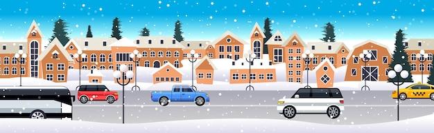 겨울 도시 거리 메리 크리스마스 행복 한 새 해 휴일 축 하 개념 눈 덮인 마을 눈 가로 벡터 일러스트 레이 션을 통해 도로를 운전하는 자동차