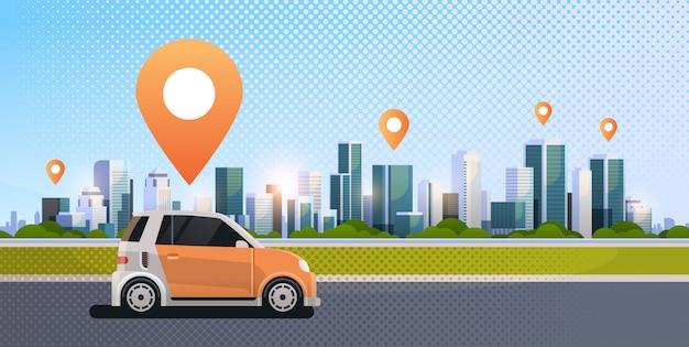 道路に位置ピンが付いている車オンラインで注文するタクシーカーシェアリングコンセプトモバイル輸送カーシェアリングサービス近代的な都市ストリート都市の景観