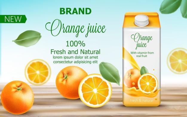 Картонная коробка с апельсиновым соком в окружении цитрусовых и листьев