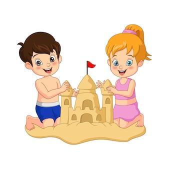 Мультяшный мальчик и девочка строят замки из песка на пляже