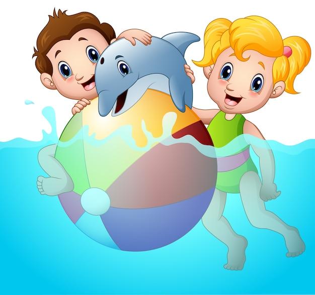 漫画の少年と少女のビーチボールを演奏