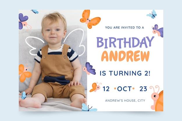 写真と漫画の蝶の誕生日の招待状のテンプレート