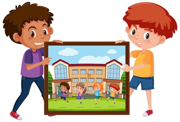 彼の友人の写真を保持している男の子の漫画のキャラクター