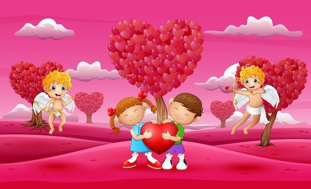 Мультяшный ребенок пара держит большое сердце с амуром