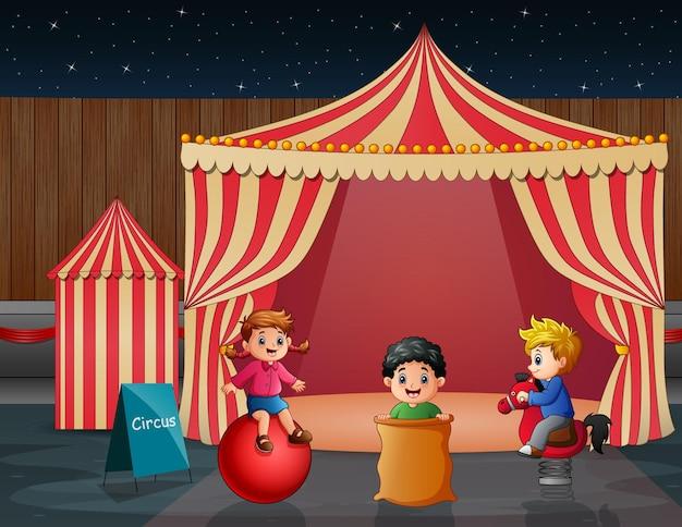 Мультяшные дети веселятся на развлечениях