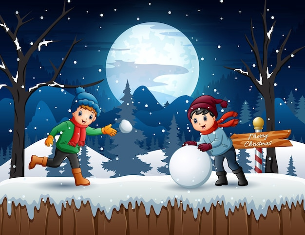 冬の夜に雪玉を遊ぶ漫画の子供たち