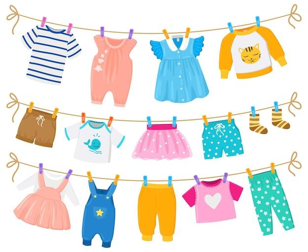 만화 어린이 깨끗한 옷 건조 매달려 밧줄. 아이들은 귀여운 의류 반바지, 드레스, 셔츠가 빨랫줄 벡터 삽화를 걸고 있습니다. 옷을 말리는 아기 소년과 소녀. 빨래 집게에 세탁 프리미엄 벡터