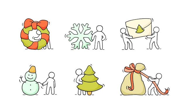 パーティーのシンボルで小さな人々を動作させるスケッチの漫画のクリスマスアイコンセット。クリスマスと新年のお祝いのために手描き。